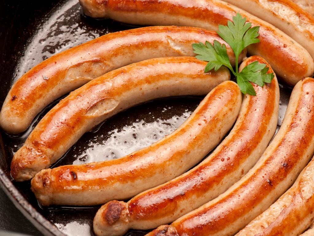 FOTO: Martin Bursch /Genussregion Oberfranken; 2013.MOTIV: Bamberger Bratwurst  , die als Kulmbacher Würstchen (feine Bratwurst) auch Schweinesülze und  Bratkartoffeln gegessen wird...