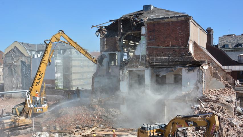 Das Festsaal-Gebäude war jahrzentelang nicht zugänglich für die Öffentlichkeit. Es war zudem versteckt hinter dem nun bereits abgerissenen Modehaus-Fiedler und dem Hotelgebäude.