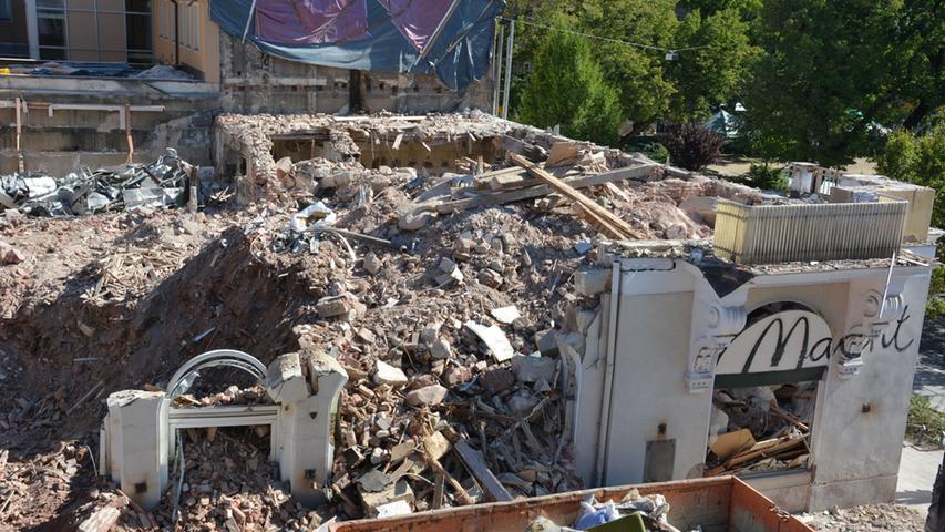 Vom Hauptgebäude des Hotels ist nur noch ein Stück Wand vom Erdgeschosses übrig geblieben. Dahinter türmt sich der Bauschutt.