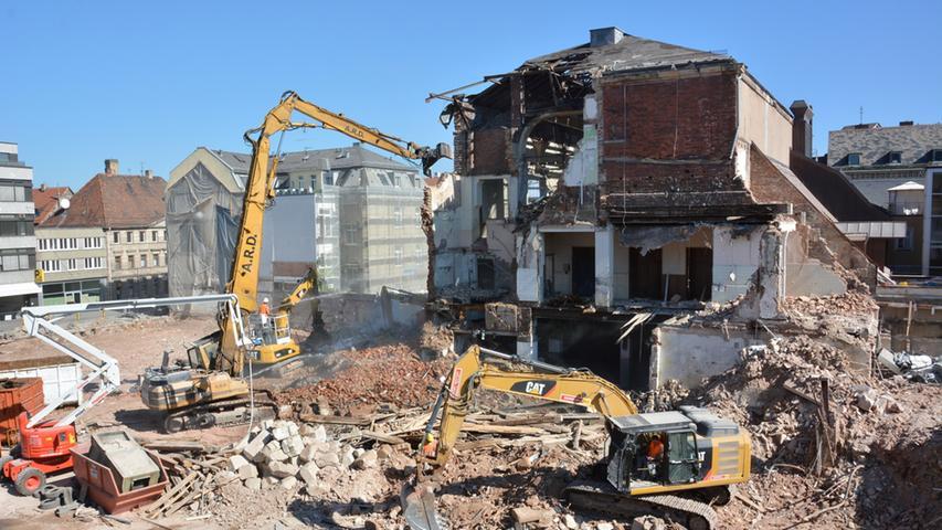Ohne Gnade zerstören die Maschinen Stück für Stück das Saal-Gebäude, für dessen Erhalt Denkmalschützer lange gekämpft hatten, und...