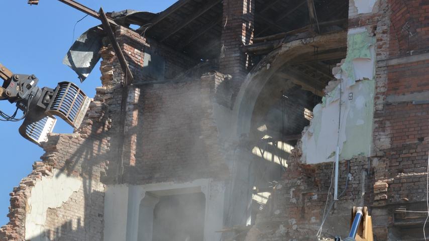 Das Fürther Park-Hotel-Gebäude ist bereits aus dem Stadtbild verschwunden. Am Donnerstag machten sich die Bagger am dazugehörigen Backsteinbau zu schaffen: dem Festsaal-Gebäude.