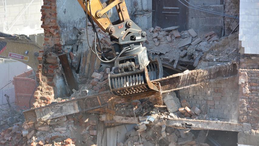Stück für Stück wird das Gebäude abgebaut.