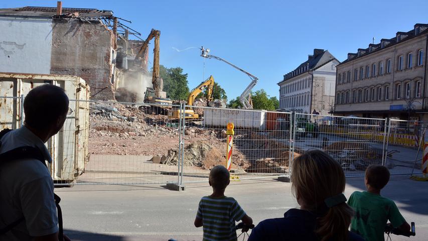 Wie schon beim Abriss des Hotel-Gebäudes bleiben Passanten gebannt stehen.