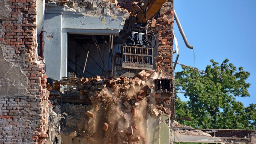 Mit Wucht stößt die Greifzange gegen das Mauerwerk.