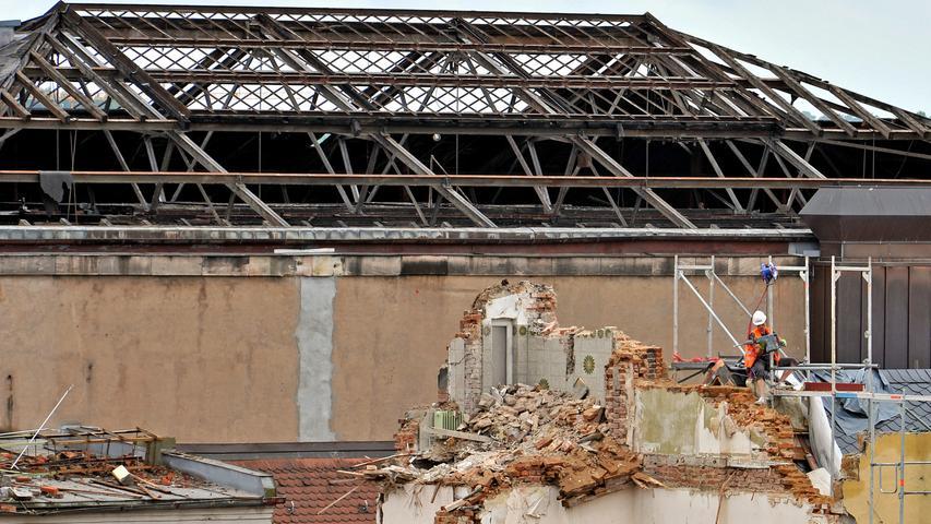 Vorne wird noch die letzte Wand des Park-Hotels abgebaut. Im Hintergrund sieht man das Dach des Festsaal-Gebäudes. Die Glasscheiben waren schon bei den Vorbereitungsarbeiten für den Abriss entfernt worden.