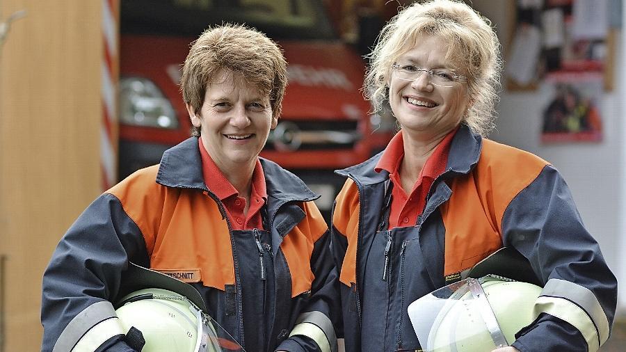 Wurden zunächst von den Feuerwehr-Kollegen durchaus skeptisch beäugt: Luise Bettschnitt (links) und Heidi Adel, Feuerwehrfrauen der ersten Stunde im Landkreis.