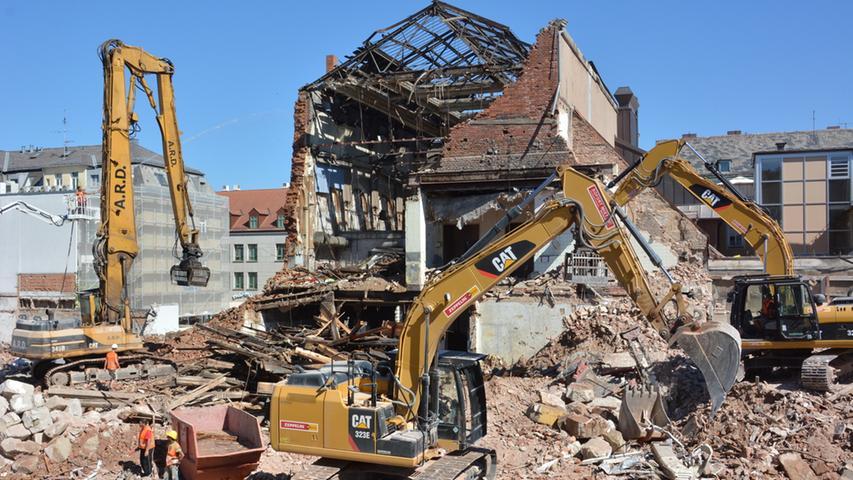 Der Abriss des Festsaals schreitet am Freitag rasch voran.