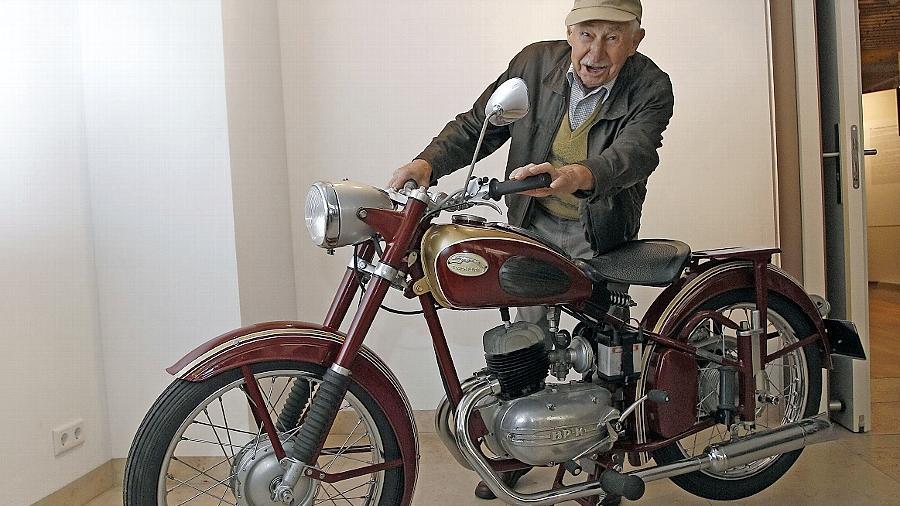 Der ehemalige Express-Werksangehörige Alfred Braun ist entzückt: eine seltene 125er mit Baker&Pölling-Motor.