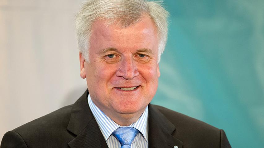 Von 2008 bis 2018 war der heutige Bundesinnenminister, Horst Seehofer, amtierender Ministerpräsident des Freistaates Bayern. Zu Beginn seiner Herrschaft trauten nur wenige dem Ingolstädter zu, sich lange halten zu können: Die für einen bayerischen Ministerpräsidenten beinahe überlebenswichtigen Ecken, Kanten und teils reaktionären Standpunkte schienen dem eher konturlosen Seehofer zu fehlen. Doch der 64-Jährige gewann im Laufe seiner Amtszeit zunehmend an Profil und erwies sich als bayerischer Fels in der bundes- und europapolitischen Brandung. Auch private Affären überstand er nahezu unbeschadet: Der lange Zeit als Schwerenöter verrufene Seehofer war zweimal verheiratet, hat drei erwachsene Kinder und eine außereheliche Tochter.
