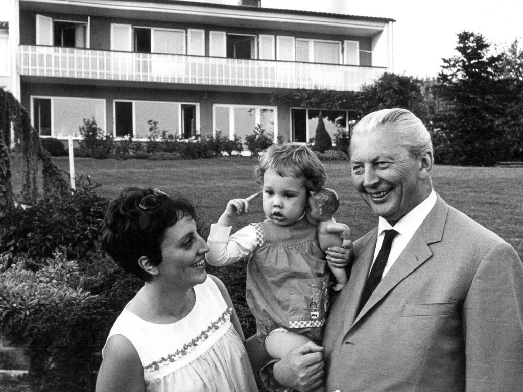 Kurt Georg Kiesinger (hier während seines Urlaubs mit seiner Tochter Viola Wentzel und Enkelin) war der erste Kanzler einer großen Koalition. Der Jurist mit dem CSU-Parteibuch stand wegen seiner früheren NSDAP-Mitgliedschaft oft unter Beschuss. Bei der folgenden Bundestagswahl 1969 fehlten Kiesinger nur sieben Mandate. Sein Nachfolger...