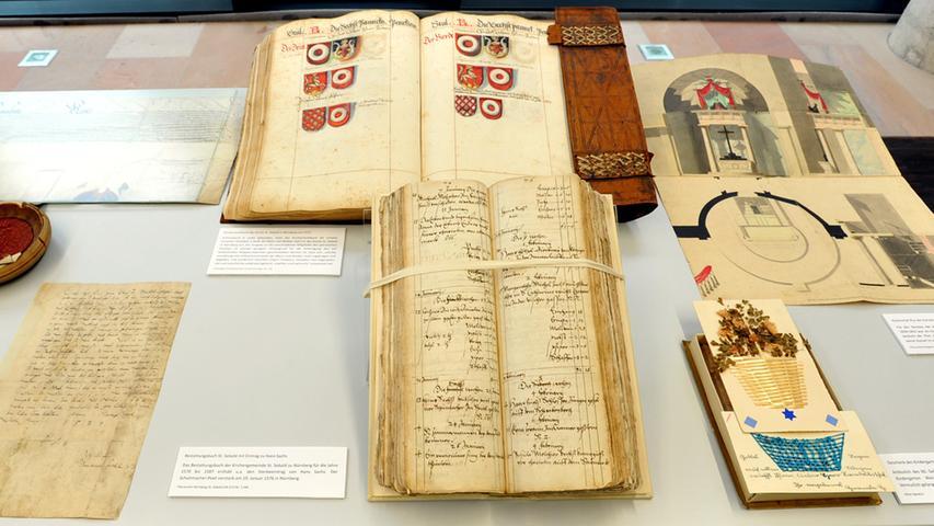 Dazu zählen ein Brief Martin Luthers, ein Psalter mit bunten Abbildungen aus  dem 13. Jahrhundert oder Drucke von Dürer Apokalypse aus dem Jahr 1511. Diese  Schätze aus der 130.000 Bände umfassenden Bibliothek sind zur Eröffnung in  einer Vitrine zu sehen.
