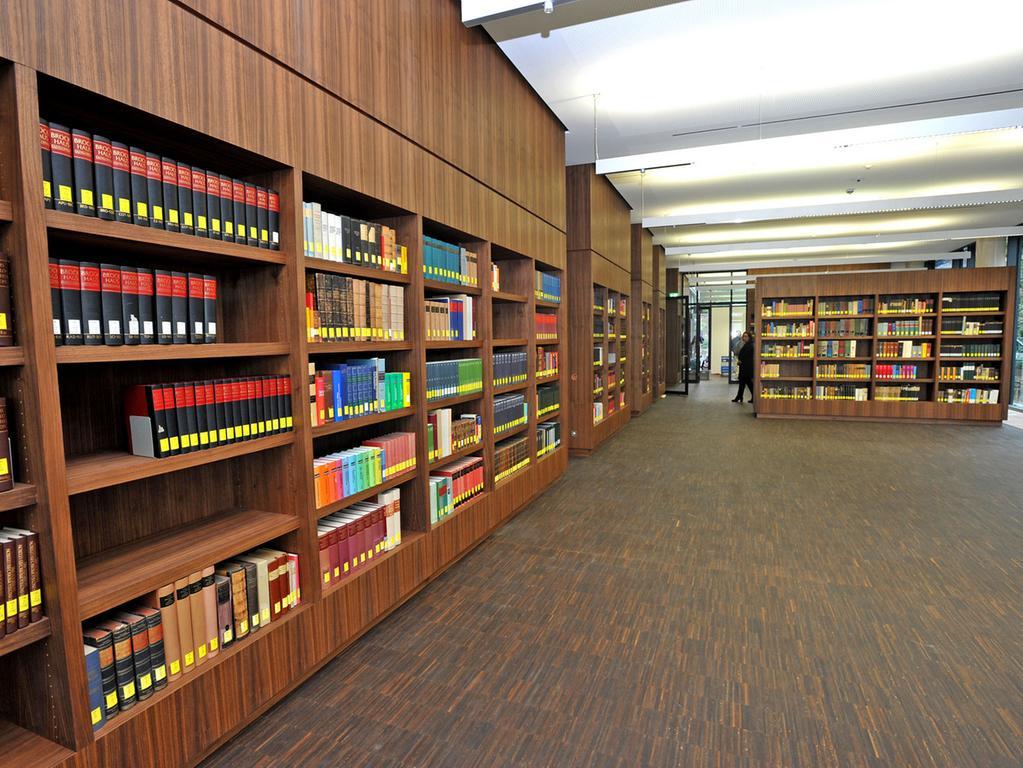 Bislang haben lediglich 30 Prozent der bayerischen evangelischen Gemeinden ihre  Kirchenbücher und sonstige Unterlagen ins Zentralarchiv geschickt, die Mehrheit  bewahrt die Akten noch vor Ort auf.