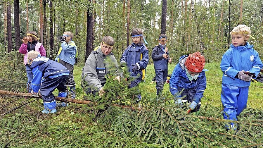 Die Wald-Indianer der Klasse 2a bei den Vorbereitungen für den Bau ihres Tipis.