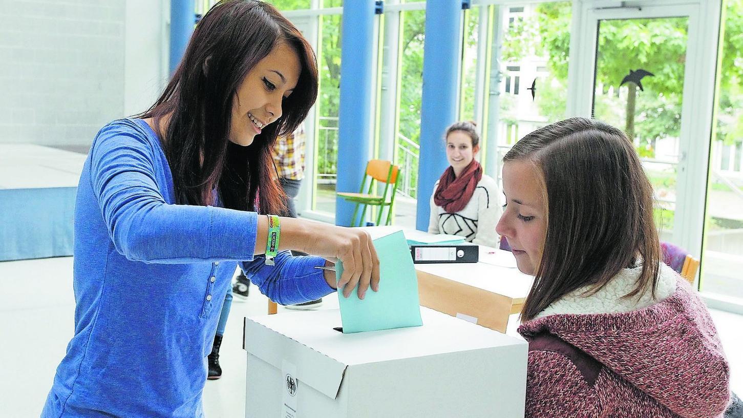 Die Aula als Wahllokal: Unter den wachsamen Blicken der Wahlhelfer gaben die Schüler ihre Stimme ab.