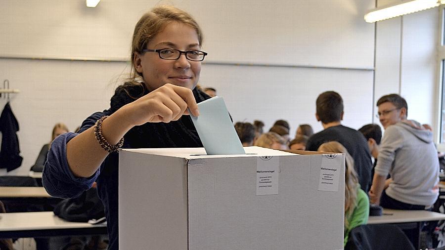 Bei der Juniorwahl am Wolfgang-Borchert-Gymnasium durfte Marlene (15) ihren Stimmzettel in die Urne werfen.