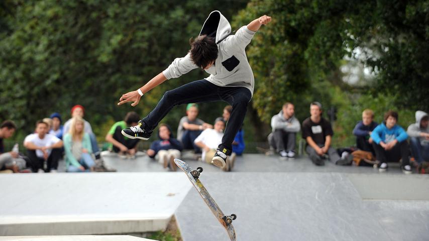 Über 60 Teilnehmer im Alter von elf bis 29 demonstrierten im brandneuen, 900  Quadratmeter großen Fürther Skatepark ihr Können.