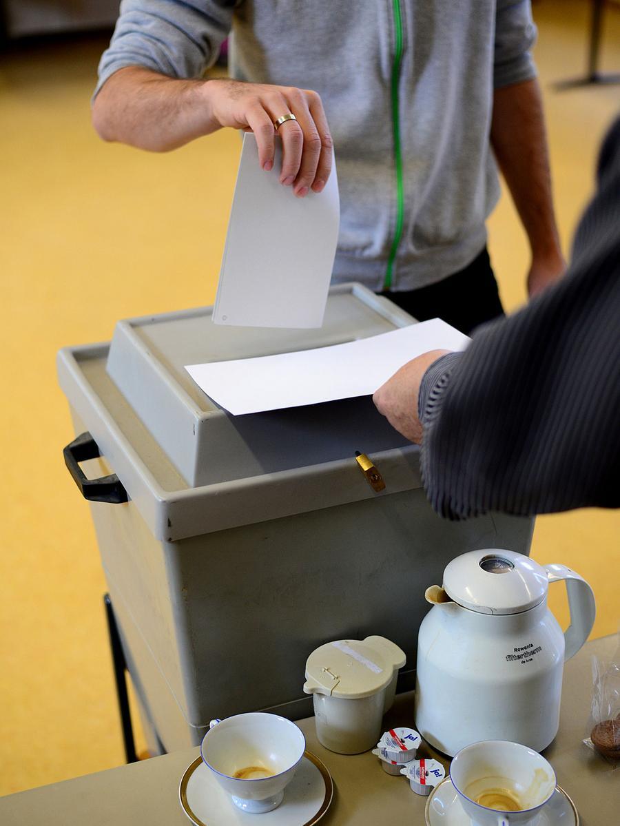 FOTO: Hans-Joachim Winckler DATUM: 22.9.2013..MOTIV: Bundestagswahl 2013 -  Stimmabgabe im Wahllokal Friedrich-Ebert-Schule Fürth