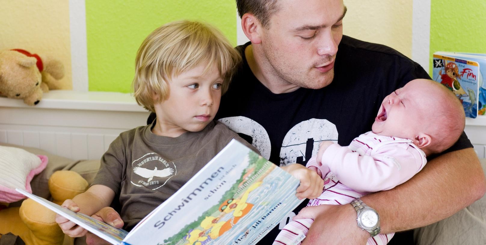 Babysitten statt Büroarbeit: Manche Väter entscheiden sich dafür, dies temporär zu machen. Doch