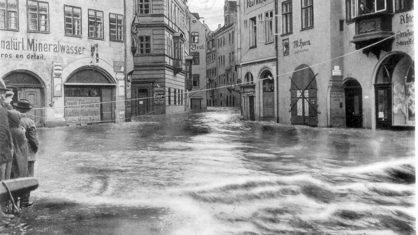 Die Nürnberger wussten sich zu helfen: Wie hier in der Tucherstraße wurden an etlichen Orten der Altstadt Schnüre als Versorgungsleinen gespannt.