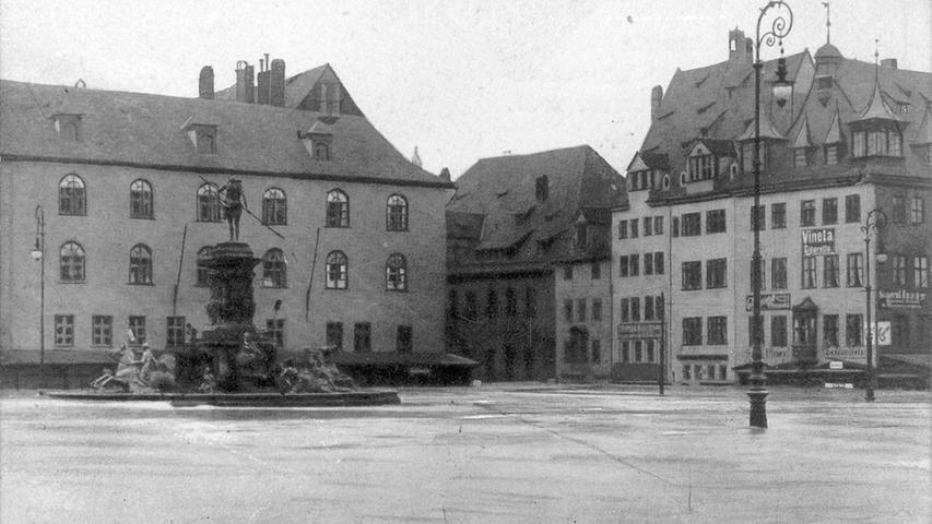 Der Neptunbrunnen stand damals noch auf dem Hauptmarkt. Dass der römische Wassergott dem Wasser jedoch jemals so nahe kommen würde...