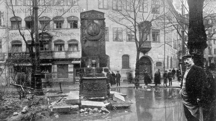 Die Bürger begutachteten den Schaden (hier am Maxplatz) nach der Katastrophe.