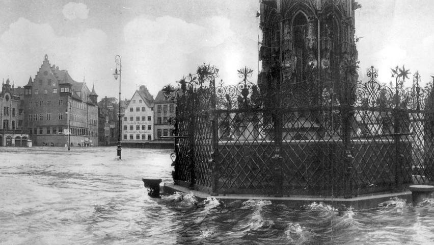 Auch der Hauptmarkt (im Vordergrund ist der Schöne Brunnen zu sehen) stand fast drei Tage unter Wasser.