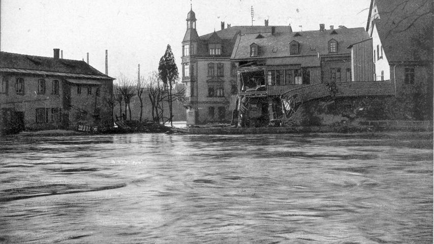 Im Februar 1909 war die Nürnberger Innenstadt nicht wiederzuerkennen. Wassermassen wie hier an der Kleinweidenmühle...