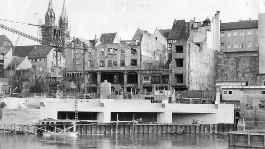 Im besonders engen Bereich auf Höhe der Museumsbrücke wurde Ende der 1950er Jahre parallel zur Pegnitz ein Hochwasserstollen angelegt.