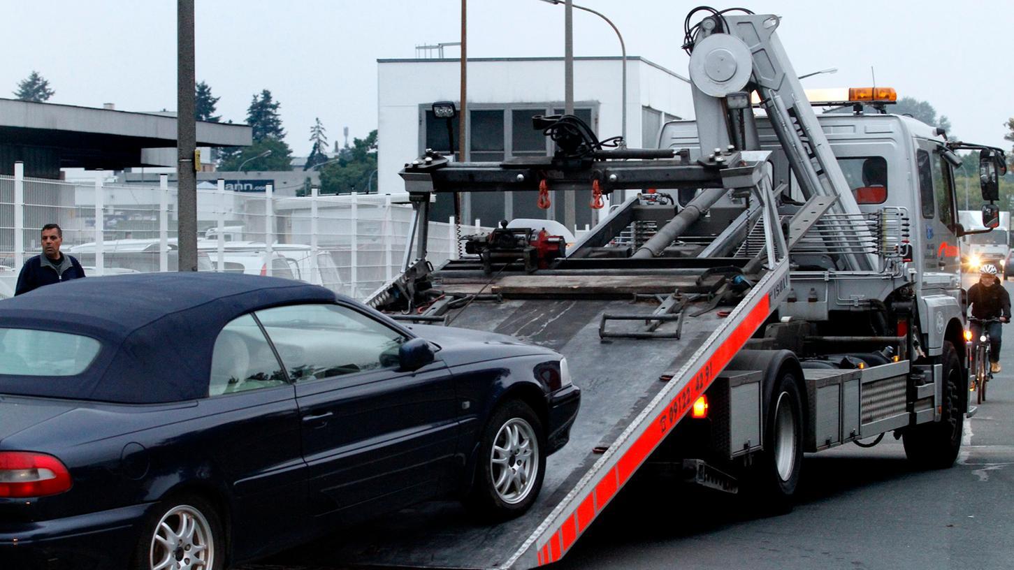 Mittlerweile schleppt die Stadt in der Fuggerstraße illegal abgestellte Fahrzeuge ab, ohne vorher zu fragen.