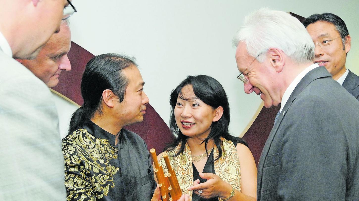 Vor zwei Jahren feierte das Konfuzius-Institut sein fünfjähriges Bestehen. Dazu gratulierte auch Uni-Präsident Karl-Dieter Grüske (r.).