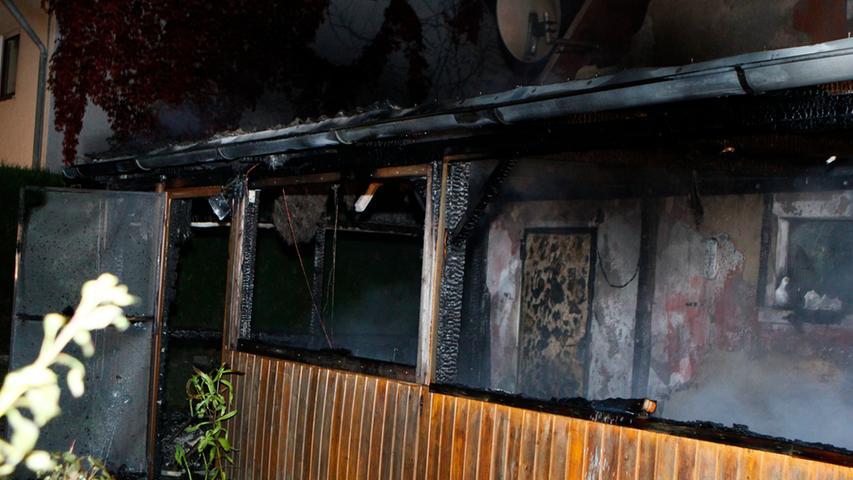 Der Wintergarten brannte jedoch vollständig aus. Der entstandene Sachschaden beläuft sich auf etwa 30.000 Euro.