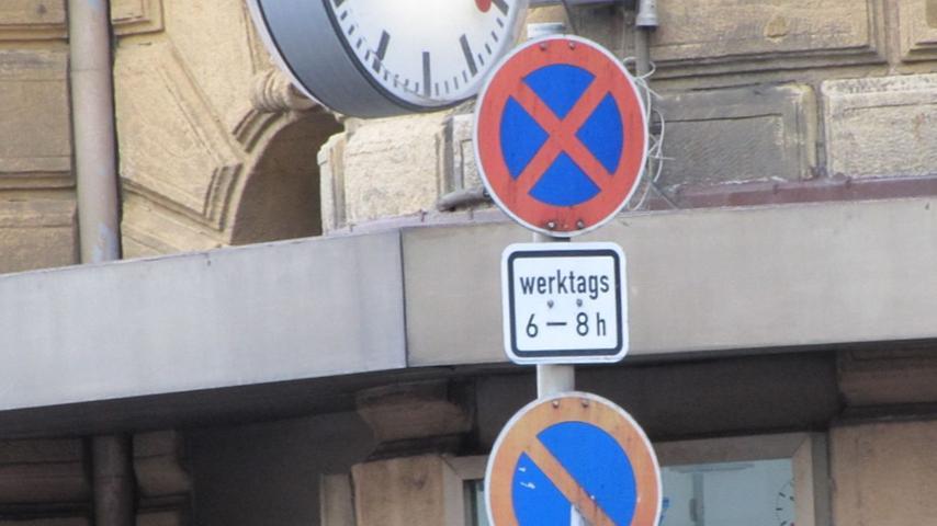 In manchen Straßenabschnitten kann sowohl ein absolutes als auch ein eingeschränktes Halteverbot gelten. Während des morgendlichen Berufsverkehrs ist hier jegliches Anhalten verboten, in der restlichen Zeit darf in diesem Bereich das Auto zum Be- und Entladen geparkt werden.