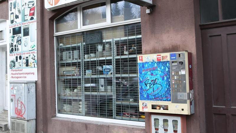Halit Yozgat führt ein Internet-Café im Kasseler Norden. Er wartet auf seinen Vater, der ihn ablösen soll. Gegen 17 Uhr kommen zwei Männer in das Café. Sie töten den 21-Jährigen mit zwei Kopfschüssen. Er rutscht hinter den Ladentisch. Dort findet ihn sein Vater.