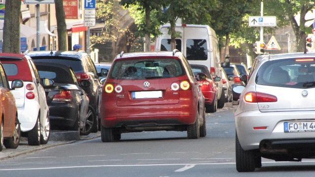 Parken in zweiter Reihe ist generell auch zum Be- und Entladen unzulässig. Ausgenommen hiervon sind lediglich Taxen, um ihre Fahrgäste aus- und einsteigen zu lassen. Dies aber auch nur, wenn die Verkehrslage es zuläßt. Die Warnblinkanlage einzuschalten, legalisiert das verbotswidrige Halten oder Parken im Übrigen nicht.  Bußgeld: Halten in zweiter Reihe 15 Euro – mit Behinderung 20 Euro. Parken in zweiter Reihe 20 Euro – mit Behinderung  25 Euro. Länger als 15 Minuten in zweiter Reihe parken 30 Euro – mit Behinderung 35 Euro.