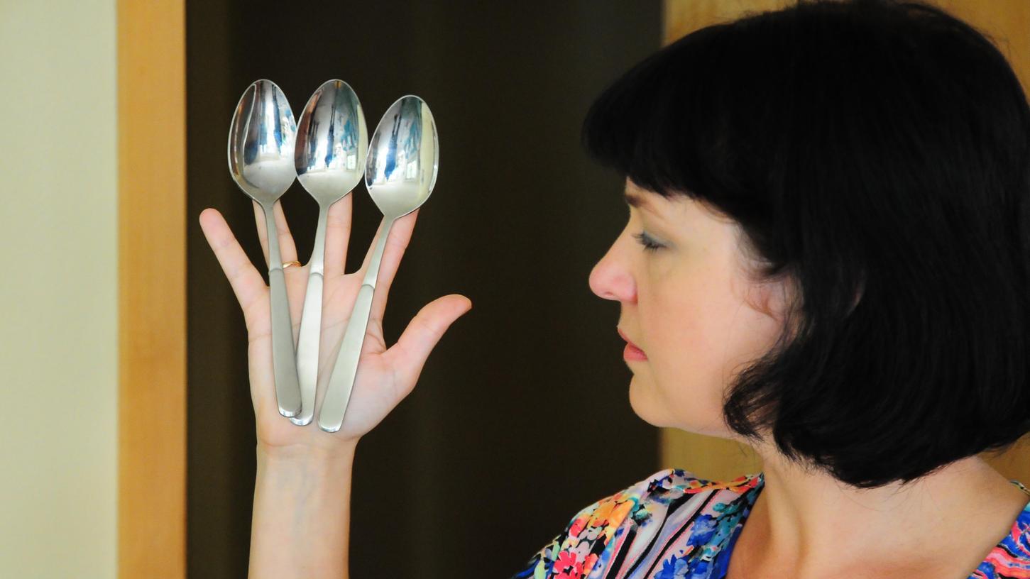 Die Löffel fallen nicht von den Fingern herunter, obwohl sie nachweislich nicht festgeklebt sind.