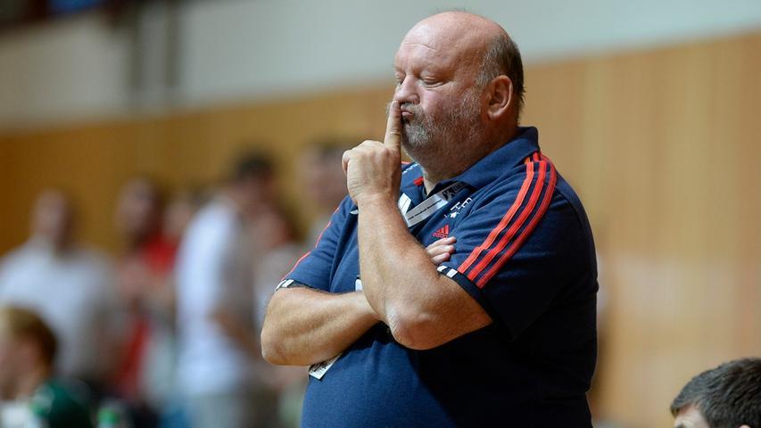 Trainer Bergemann bittet um Ruhe im Spiel.