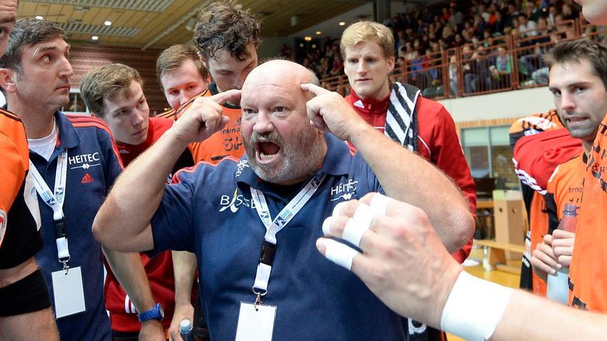 Der Trainer der Erlanger, Frank Bergemann, motiviert seine Jungs während einer Auszeit.