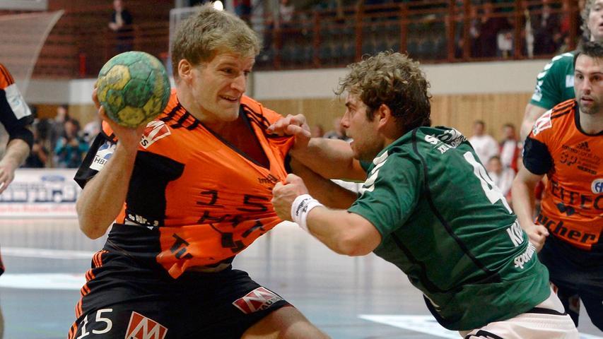 Das Spiel vor 1350 Zuschauern bot spannenden Handball und viele Zweikämpfe, wie hier zwischen Christoph Nienhaus (HCE) und Sebastian Kraus.