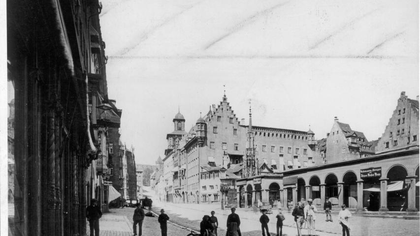 Die Kolonnaden um den Hauptmarkt wurden von 1807 bis 1809 erbaut. Heute sind die Kolonnaden durch die weiß-roten Marktstände ersetzt.