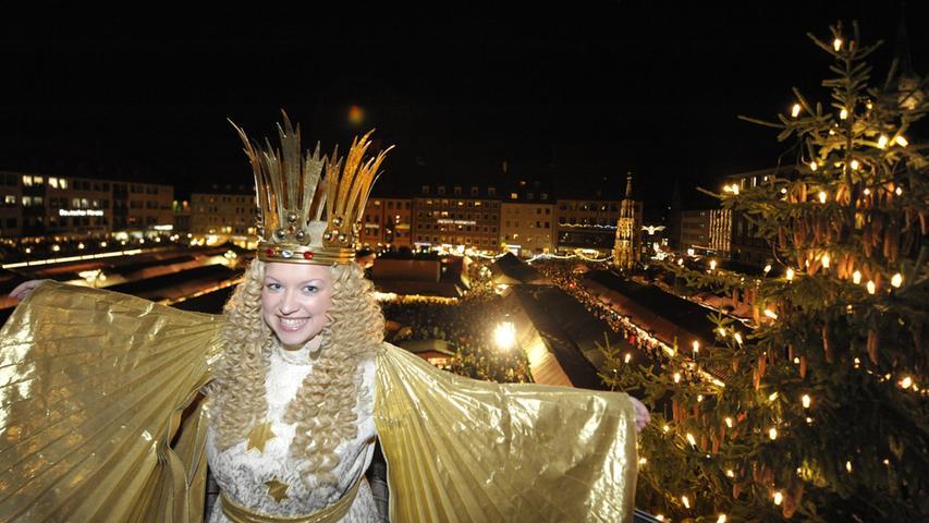 Jedes Jahr Ende November wird der Christkindlesmarkt auf dem Hauptmarkt feierlich eröffnet - vom Nürnberger Christkind.