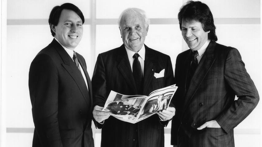 Nach fast 40 Jahren treten die Söhne in die Fußstapfen von Rudolf Wöhrl. 1970 übernehmen Hans Rudolf und Gerhard (links) das Traditions-Unternehmen. Mit vier weiteren Filialen steigt die Mitarbeiterzahl inzwischen auf 500, der Jahresumsatz auf umgerechnet 35 Millionen D-Mark. Auch die kommenden Jahre sind weiter von Erfolgen geprägt. Expansionen, Modepreise und Auszeichnungen sind dem neuen Führungsgespann zuzuschreiben.