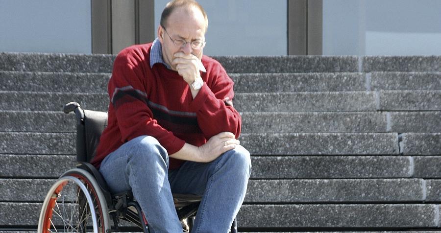 Eine Treppe zu bewältigen, ist nur eines von vielen Problemen, bei denen behinderte Menschen Unterstützung brauchen.