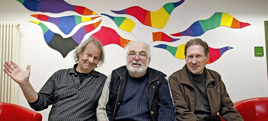 Die wichtigsten Goho-Aktivisten:  Edmund Taubert, Bernd de Payrebrune und Ingo Brodbeck (von links). Das Wand-Mosaik im Hintergrund stammt von de Payrebrune.