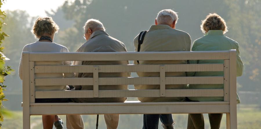 Ab dem 1. Januar 2014 könnte es eine abschlagfreie Rente mit 63 Jahren nach 45 Beitragsjahren und eine Besserstellung älterer Mütter geben. 2017 soll eine