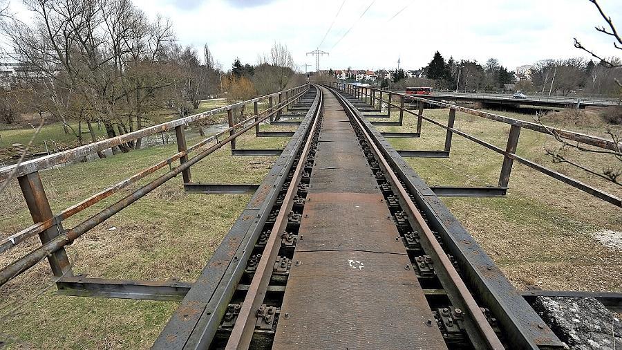 Von der stählernen Bibertbahnbrücke über die Rednitz sollen nur noch die Pfeiler stehen bleiben. Züge fahren über das Bauwerk an der Grenze von Fürth und Oberasbach schon lange nicht mehr.