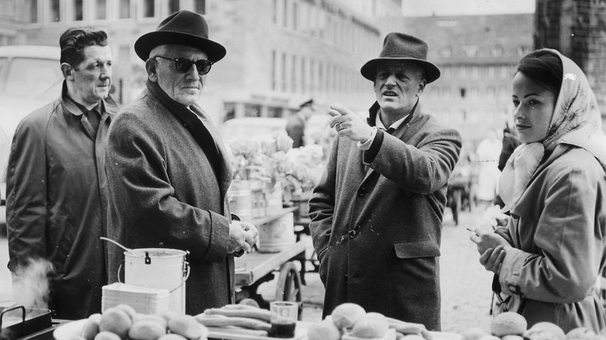 Auch eine Nürnbergerin durfte in dem Film mitspielen. Beatrice Jardi (rechts) wurde für eine kleine Nebenrolle engagiert. Regisseur Stanley Kramer (2. v.re.) und Spencer Tracy (2.v.li.) reden gerade über die nächste Szene. Ganz links Regieassistent Lazlo von Ronay.
