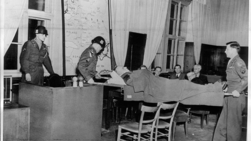 Der Einsatzgruppen-Prozess war der neunte von zwölf Nürnberger Nachfolgeprozessen. SS-Brigadeführer Otto Rasch, der  für das Massaker von Babyn Jar und dem Tod von über 30.000 Juden verantwortlich gemacht wurde, litt bei den Verhandlungen an Parkinson. Von amerikanischen Soldaten wird er auf einer Bahre zur Vernehmung in eigener Sache in den Gerichtssaal getragen.