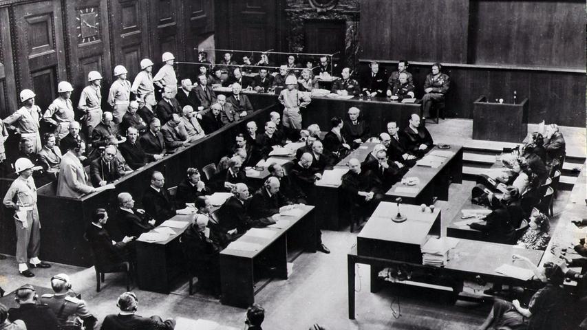 Am 20. November 1945 begann ein Gerichtsverfahren, das Geschichte schrieb. In Nürnberg begannen die Prozesse gegen die Hauptkriegsverbrecher des NS-Regimes. Knapp ein Jahr später, am 30. September und am 1. Oktober 1946 wurden die Urteile gesprochen. 24 maßgebliche NS-Verbrecher waren angeklagt, 21 standen vor Gericht, zwölf von ihnen wurden zum Tode verurteilt. Sieben Angeklagte erhielten langjährige oder lebenslange Haftstrafen.