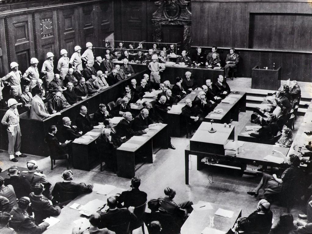 Insgesamt 24 Einzelpersonen und sechs Organisationen saßen bei dem zehnmonatigen Prozess wegen Verbrechen gegen Frieden und Menschlichkeit auf der Anklagebank. Am 30. September und 1. Oktober 1946 wurden zwölf der 24 Angeklagten zum Tode verurteilt. Sieben Angeklagte erhielten langjährige oder lebenslange Haftstrafen, drei Angeklagte wurden freigesprochen.
