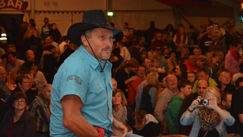 ...zum gestandenen Cowboy versuchten sich alle auf dem wilden Stier im Festzelt.